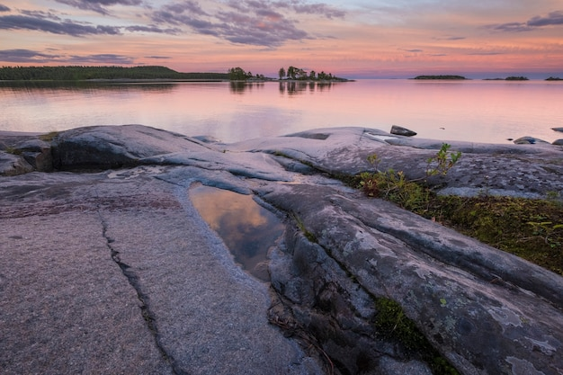 夏のラドガスケリーズ国立公園のロシア、カレリアのラドガ湖に沈む夕日。