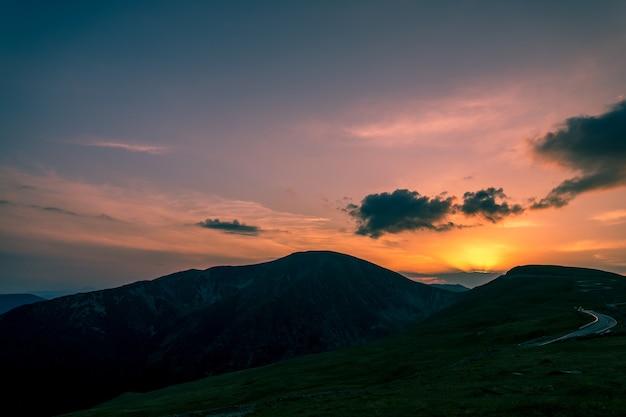 山に沈む夕日、トランスアルピナ、ルーマニア