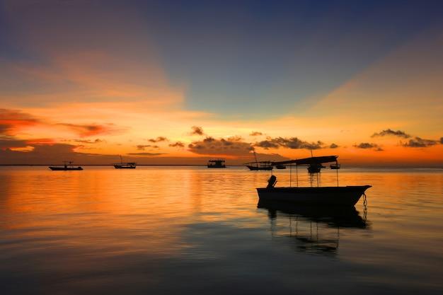 Закат на берегу океана в занзибаре