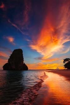 Закат на пляже прананг. рейли, провинция краби, таиланд