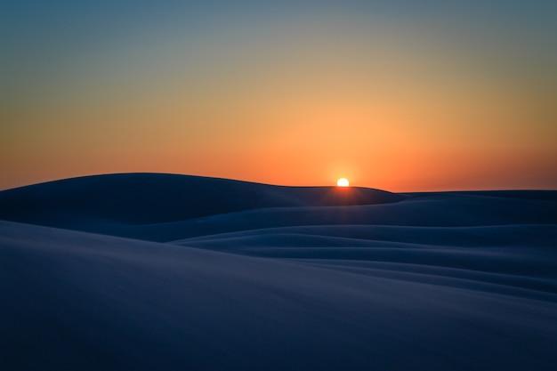 Закат на песчаных дюнах в ленкойс маранхенес, штат маранхенес, город баррейриньяс, бразилия