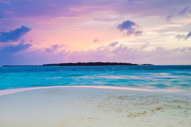 몰디브에서 바다에 일몰