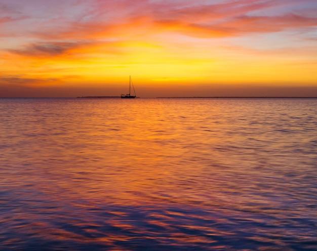 Закат на море в занзибаре
