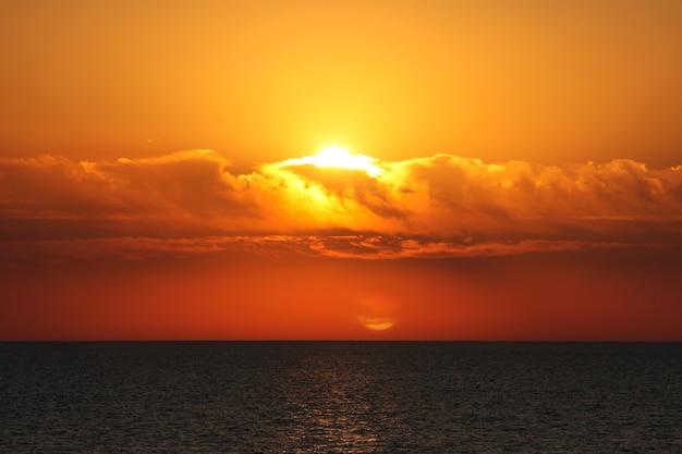 海に沈む夕日。太陽が地平線の下に沈む。