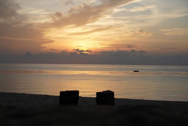 Закат на пляже и красивое море