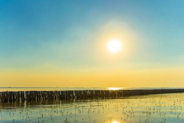 Закат на пляже в бангпу