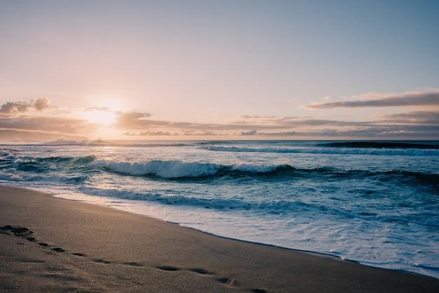 Закат на пляже на гавайях