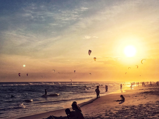 Закат на пляже люди наслаждаются трио-де-жанейро, бразилия