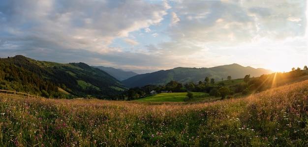 カルパティア山脈の野原に沈む夕日