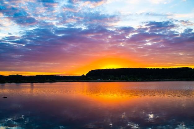 レクリエーションや釣りのための湖に沈む夕日