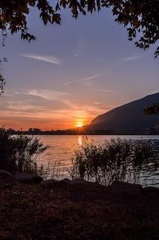 アンノーネの湖に沈む夕日
