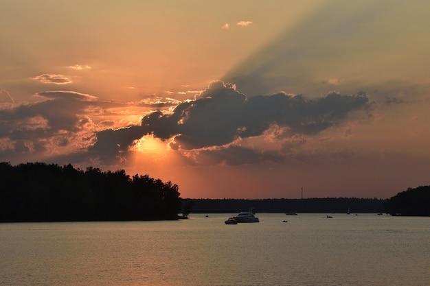 ペストヴォ貯水池に沈む夕日、湖に沈む夕日、日没時の自然