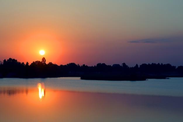 연못 호수에 일몰