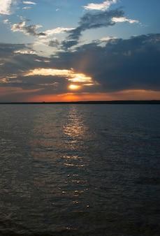 夏の川に沈む夕日