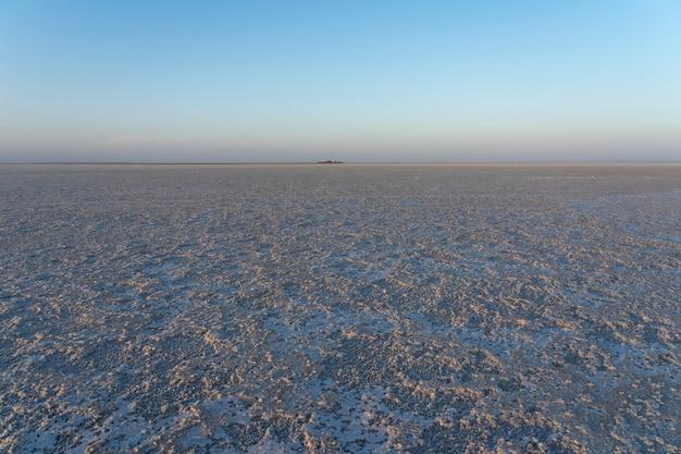 Закат на соляных равнинах озера асале в данакильской впадине в эфиопии, африка