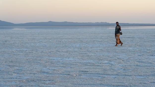 Закат на соляных равнинах озера асале в данакильской впадине в эфиопии
