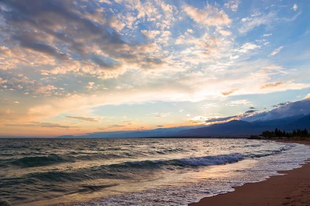 Закат на море, красивые горы и облака