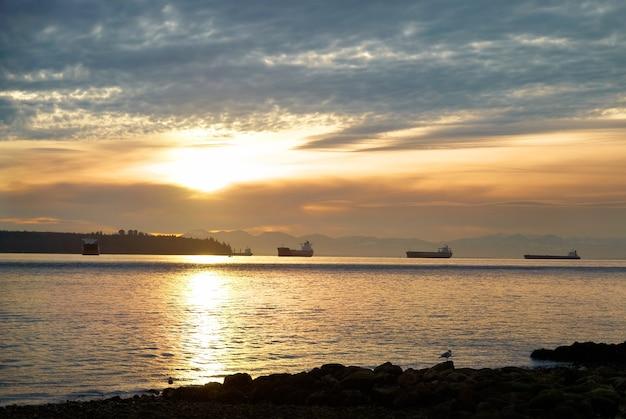 Закат на море. береговая линия и красивые облака.