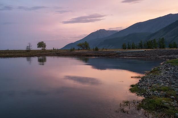 Закат на берегу озера байкал