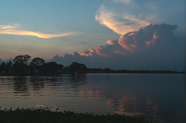 ティッサ湖の夕日や日の出