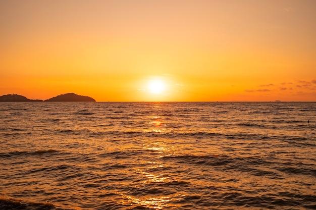 태국 푸 켓에서 바다 햇빛 위에 일몰 또는 일출 하늘 구름 놀라운 황금 빛 자연 풍경 바다 배경입니다.