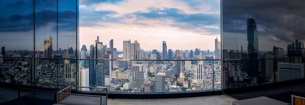 Закат над современным городом