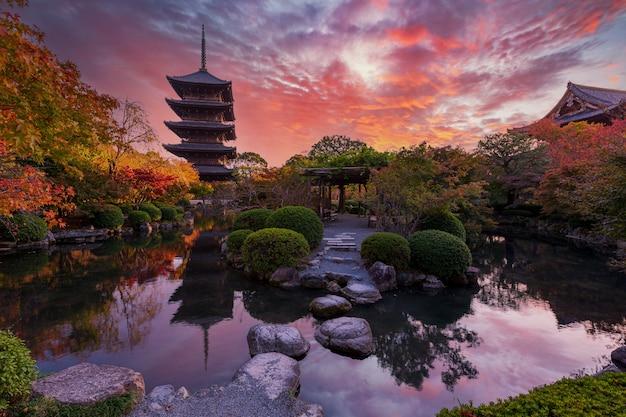 秋の庭にある古代の塔東寺に沈む夕日京都日本日本で最も高い木造の塔