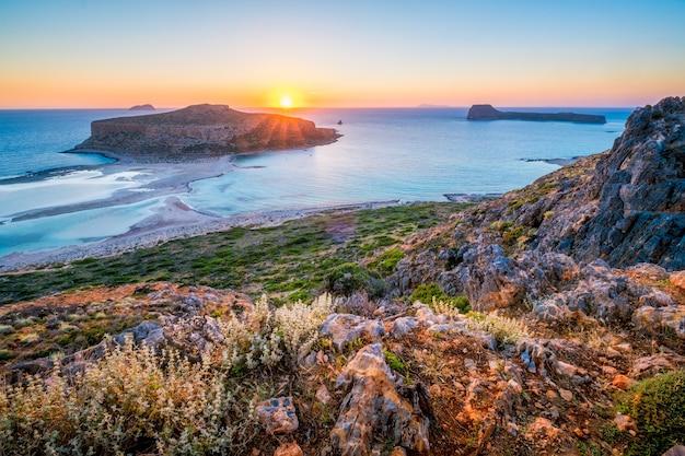ギリシャのクレタ島のバロスビーチに沈む夕日