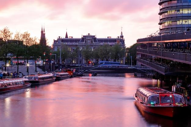 암스테르담의 운하 위로 일몰 물에 반영된 핑크 구름 암스테르담 네덜란드