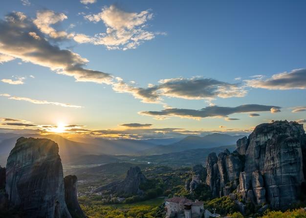 カランバカのギリシャのロッキー修道院に沈む夕日