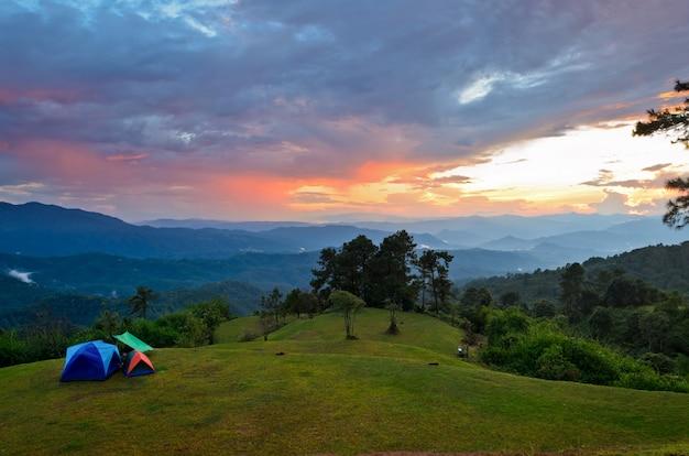 Закат над холмами в кемпинге на высокой горе в национальном парке хуай нам данг, чиангмай и провинция мае хонг сон в таиланде