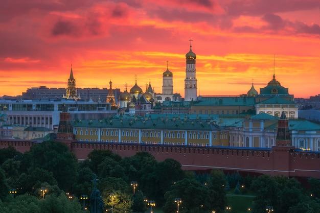 Закат над московским кремлем как огонь