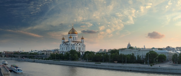 モスクワ川に沈む夕日と救世主キリスト大聖堂、モスクワ、ロシア