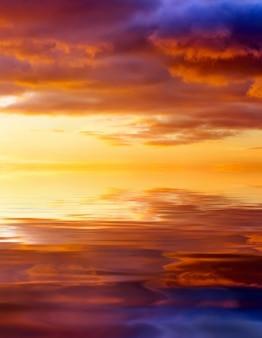 Закат над океаном. красивое закатное небо. небесный фон. элемент дизайна.