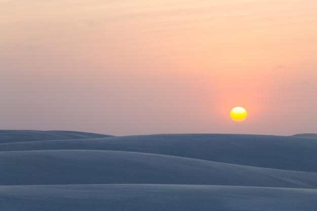 Заход солнца над песчанными дюнами от национального парка lencois maranhenses, бразилии.
