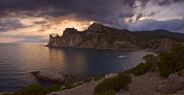 Закат над бухтой черного моря, крымский полуостров, красивый пейзаж с горами