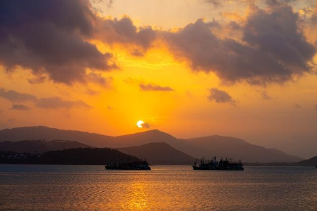Закат над заливом с рыбацких лодок.