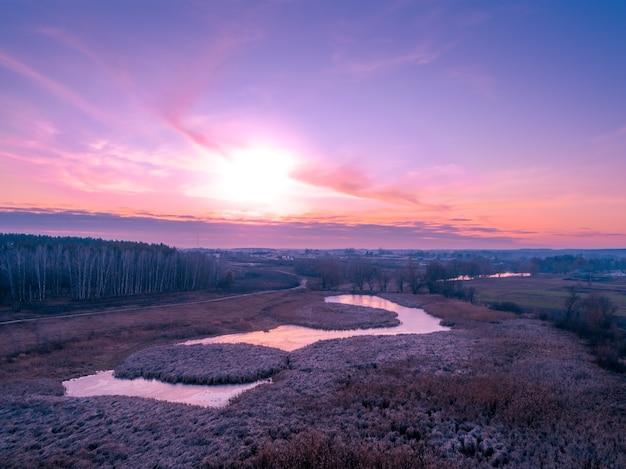 Закат над сельской местностью. сельский пейзаж осенью. с высоты птичьего полета