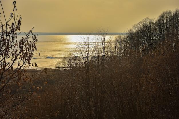 秋の湖に沈む夕日、オレンジ色の夕日