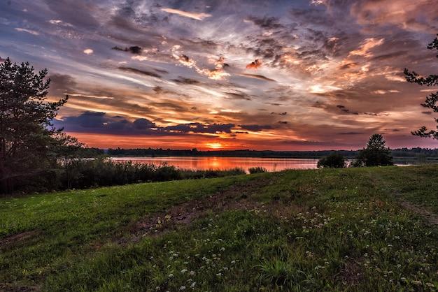 Закат над озером летом