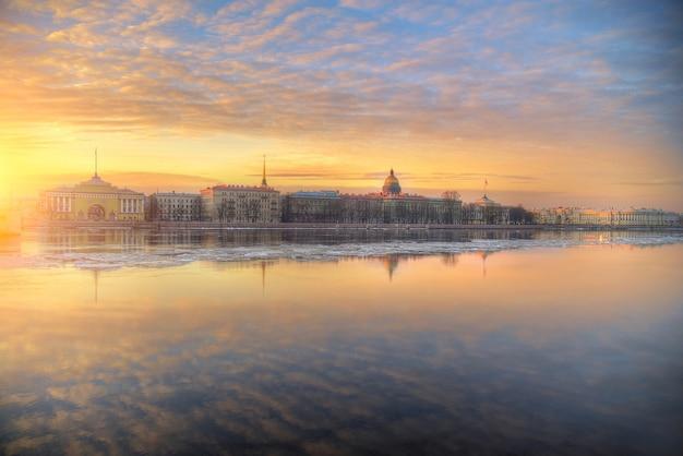 市内の湖に沈む夕日