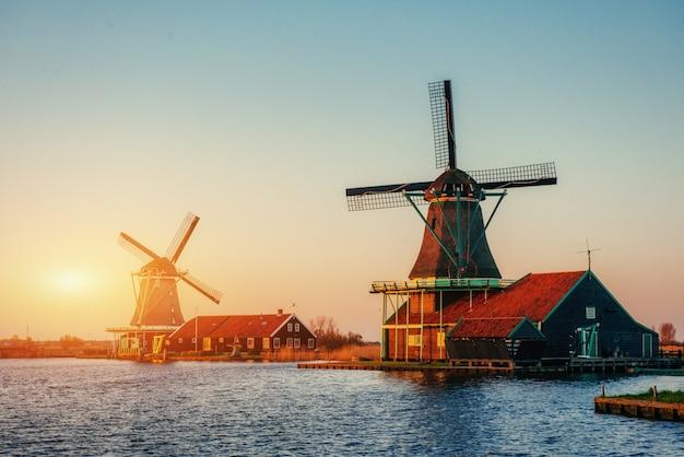 Закат над мельницей. роттердам. голландия.