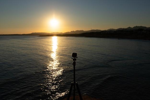 山に沈む夕日、エジプトのシナイ半島、シャルムエルシェイク、紅海。
