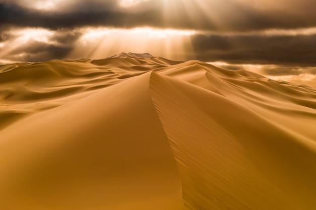 Закат над песчаными дюнами в пустыне
