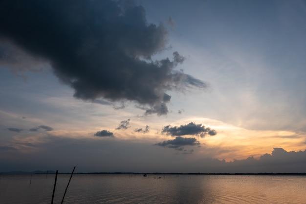 흐린 하늘과 바다 위에 일몰