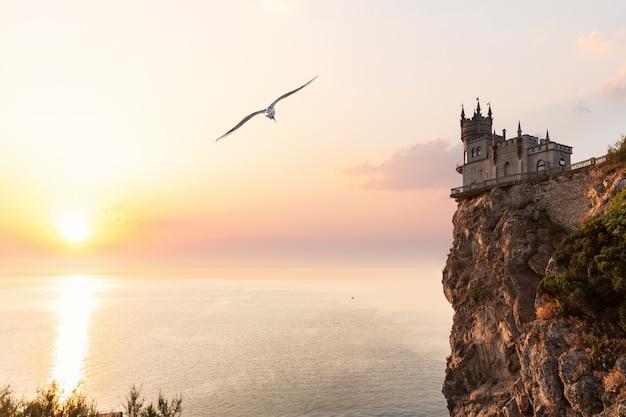 クリミア半島のツバメの巣の城に沈む夕日。
