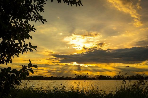 熱帯の湖、タイに沈む夕日