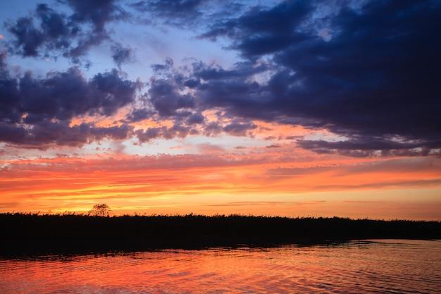 イタリアの風景「デルタデルポー」からの水に沈む夕日。水と空