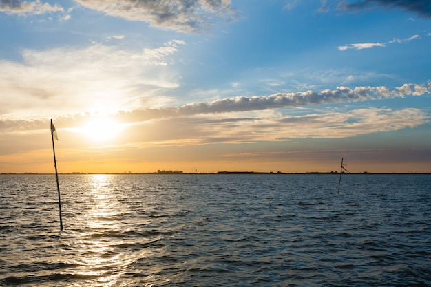 デルタデルポーの水と空からの水に沈む夕日