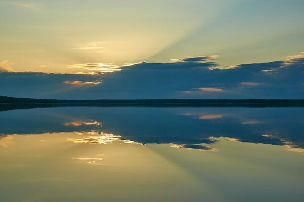 Закат над диким озером хайкола. путешествие в россию. республика карелия